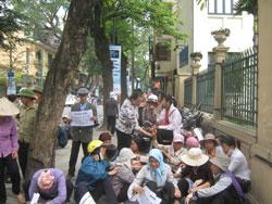 Nông dân tập trung kiến nghị với ủy ban mặt trận tổ quốc Việt Nam hầu ngăn chặn việc cưỡng chế Văn giang vào ngày 20 tới đây.