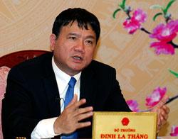 Bộ trưởng Đinh La Thăng đang đối thoại trực tuyến với dân. Nguồn chinhphu.vn