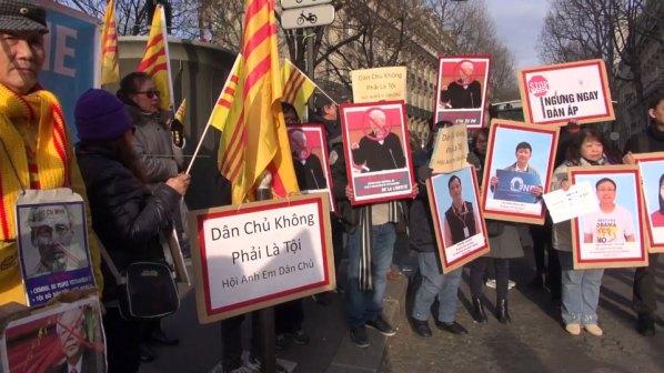 Image result for Biểu tình phản đối cộng sản Nguyễn Phú Trọng  khi đến Paris