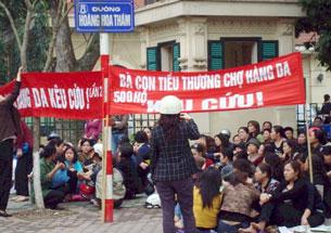 Bà con tiểu thương chợ Hàng Da tập trung khiếu nại tại Hà Nội. Blog NXDien