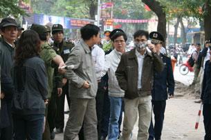 Cảnh anh Lê Quốc Quân bị bắt giữa đường phố. Source anhbasam