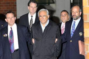 Tổng giám đốc quỹ Tiền Tệ Quốc tế (IMF) bị cảnh sát Hoa Kỳ đưa ra khỏi một trạm cảnh sát ở New York