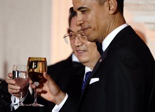 TT Barack Obama và Chủ Tịch Hồ Cẩm Đào cùng nâng ly tại buổi dạ tiệc tối 19/1/2011 tại Tòa Bạch Ốc.