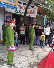 Khi chị Nga mới mở cửa. Ngay lập tức một đám mặt mũi bặm trợn xông đến kín cửa nhà chị Nga, trong đó có hai viên cảnh sát và nhiều người đội mũ công an. Photo Nguyen Huu Vinh