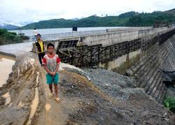Thân đập chính công trình thủy điện Sông Tranh 2, nơi xuất hiện 4 vết nứt, rò rỉ nước. Ảnh: Trí Tín./Vietbao