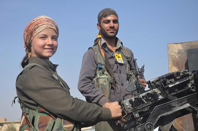 Doi luptători pregătiţi să meargă pe linia de front