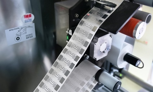 RFID Label Inserting Machine accoppia in automatico l'inlay RFID al rivestimento