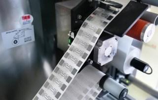 RFID Label Inserting Machine accoppia in automatico l'inlay RFID al rivestimento