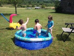 水遊び中の双子ちゃん達と友達