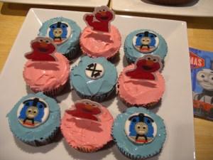 そんな中、子供たちは3歳の誕生日を迎えてました。あれ?このケーキ、独立記念日ケーキと同じ?などと突っ込まないように(笑)