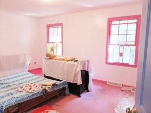 この写真ではわかり難いけど、一応壁は真っ白に塗りました。これからピンクなベースボードとウィンドウフレームも真っ白にしますよー!ピンクなカーぺットにもサヨナラ~♪