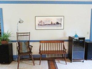 リビングルームは家具がまだまだ少ないんだけど、ここに映ってる家具とランプ類は全てガレージセール出身ですがな♪