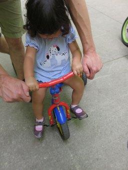 娘が最近お兄ちゃん達の自転車に乗りたがるので、三輪車の乗り方を教え始めました。