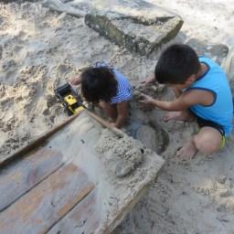 学校がはじまって間も無く、熱波に襲われたので閉校が3日続いた時に行った公園。この砂場が子供達は大好き。