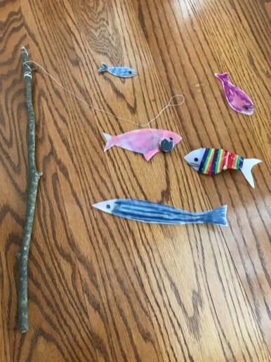 庭で拾った枝で釣竿を作りました!