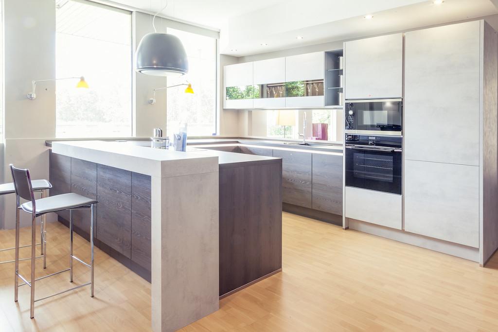 cucina moderna con penisola dopo ristrutturazione