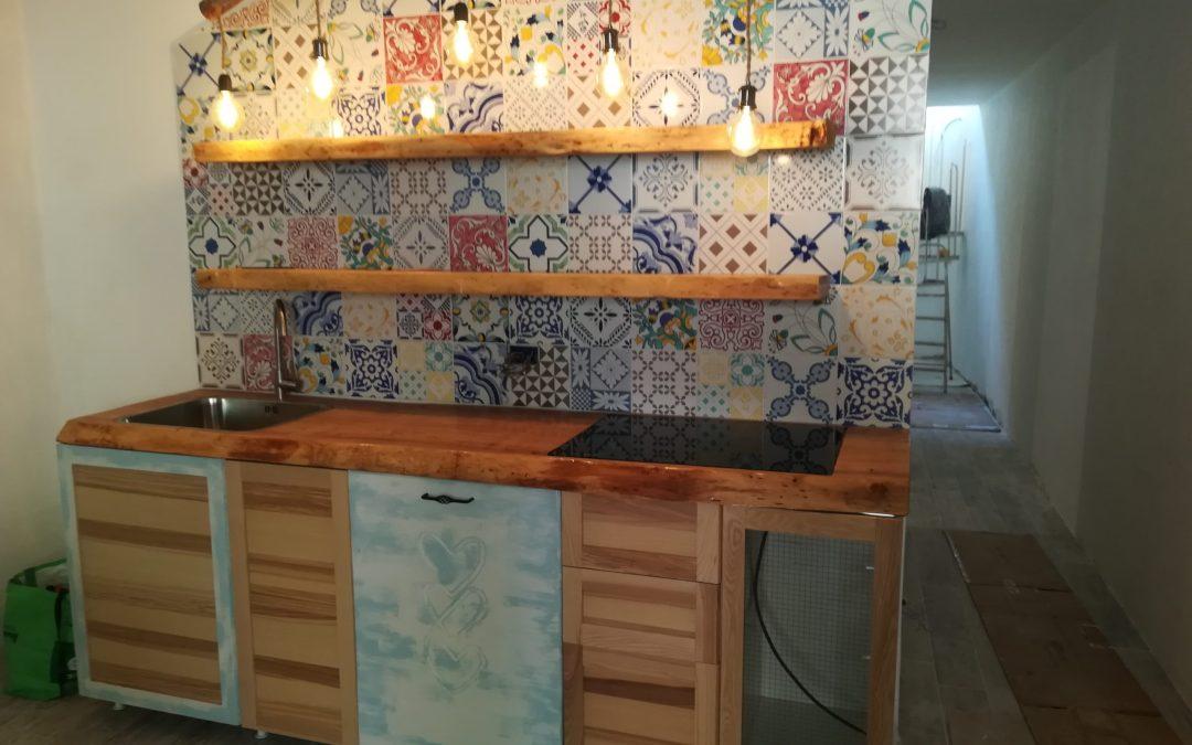 Una cucina in stile marinaresco con le ceramiche di Vietri