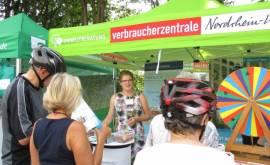 Umweltberaterin Julia Oberdorster informiert Radler über den Wettbewerb Stadtradeln