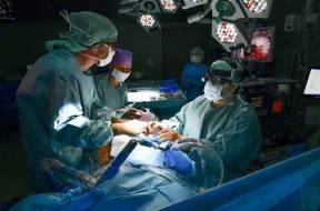 Im OP kann sich Prof. Dr. med. Farhad Bakhtiary (r.) auf sein erfahrenes und eingespieltes Team aus Chirurgen, Anaesthesisten sowie Pflege- und Funktionskraefte verlassen