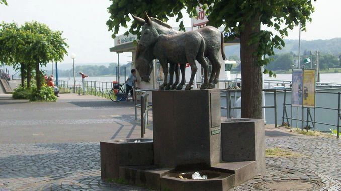 Eselskulptur von Ernemann Sander am Rhein