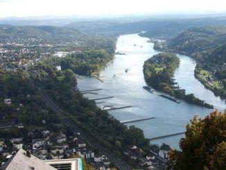 Blick vom Drachenfels auf den Rhein und Nonnenwerth
