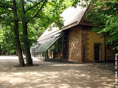 Blick auf das denkmalgeschütztes Nashornhaus mit Wintergarten, Tiergarten Nürnberg, 22. Juni2011