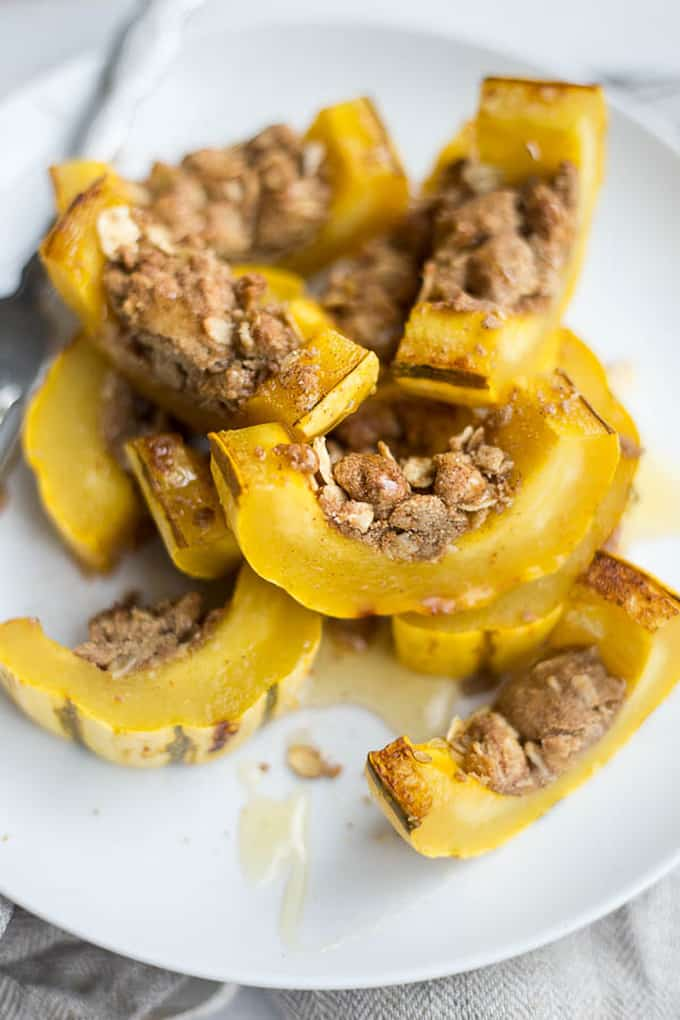 Delicata squash crumble + 15 Farmers market recipes to make in December! Delicious, autumn, winter, and holiday recipes made with fresh, seasonal produce from your local farmers market or CSA bin. Eat local!