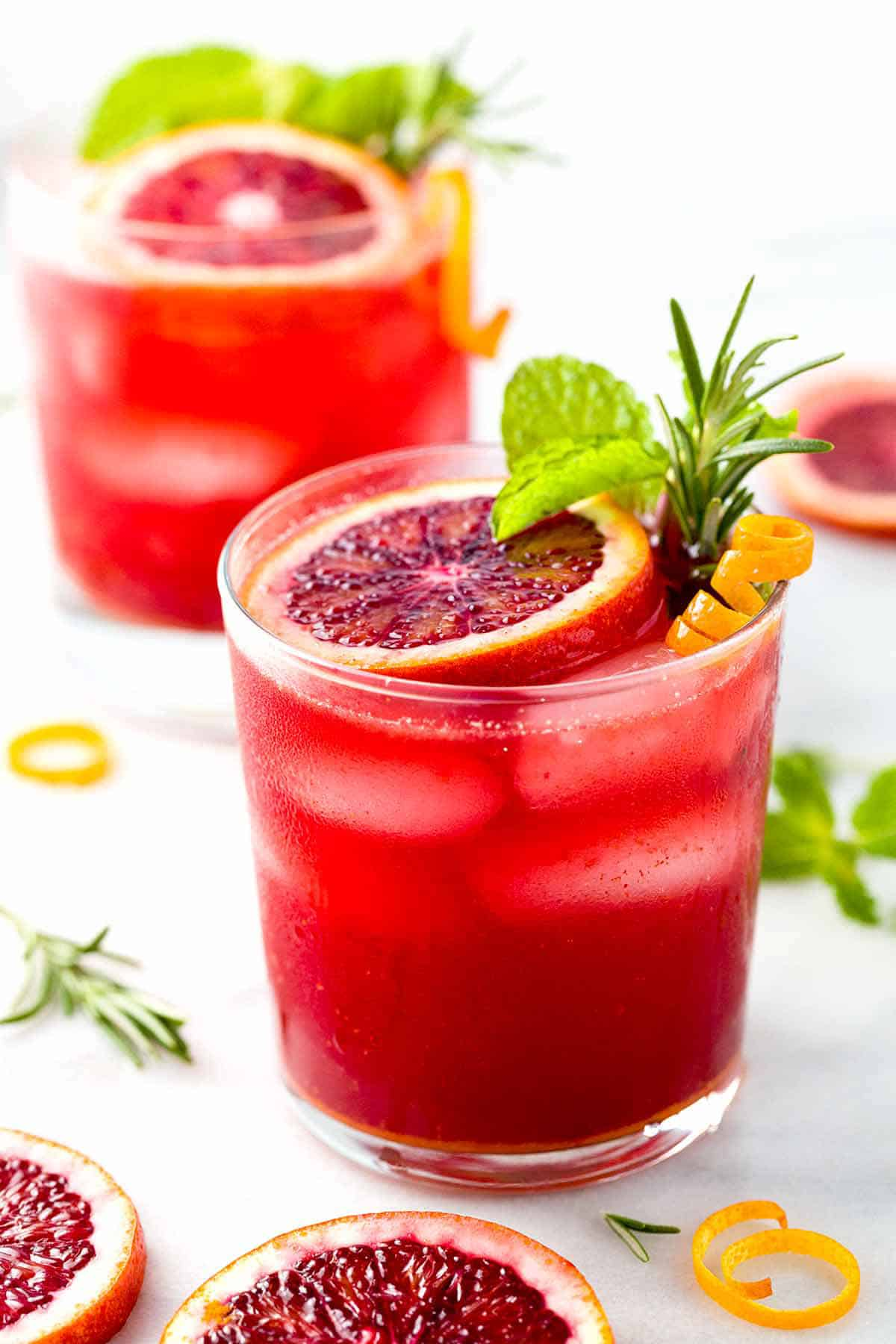 Blood orange mocktail with turmeric + 15 Farmers market recipes to make in March! Delicious, vegetarian, late winter/ early spring, (mostly) healthy recipes made with fresh, seasonal produce from your local farmers market or CSA bin. Eat local!