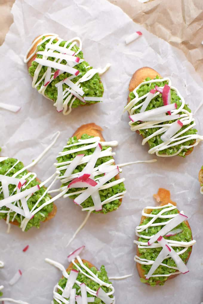 Sweet pea crostini + 15 Farmers market recipes to make in May! Delicious, vegetarian, (mostly) healthy spring/summer recipes made with fresh, seasonal produce from your local farmers market or CSA bin. Eat local! // Rhubarbarians