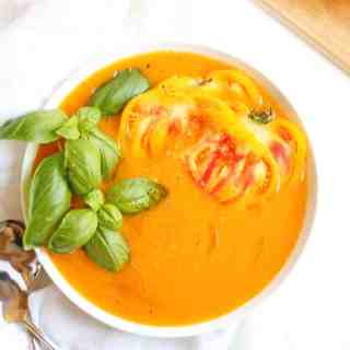 Fresh yellow heirloom tomato soup recipe! Super simple and the perfect way to use up those tomatoes from your garden or farmers market. Vegan, gluten free, paleo, nothing but goodness. YUM! // Rhubarbarians #tomatosoup