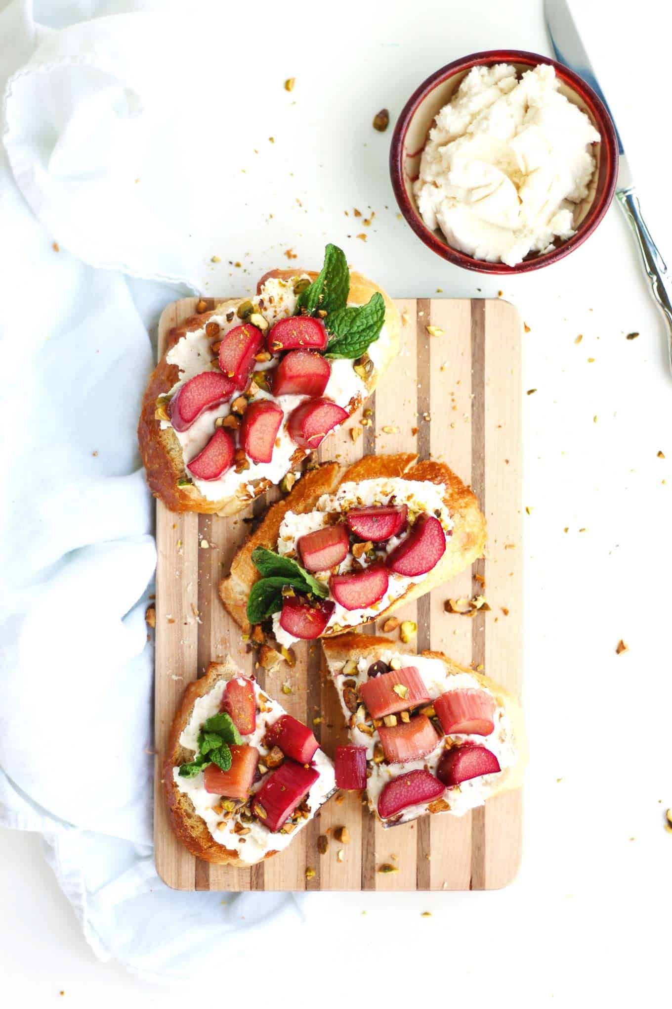 Honey baked rhubarb toast with ricotta and pistachios recipe! Honey roasted rhubarb / Spring recipes / Vegetarian breakfast or lunch / Open faced sandwiches // Rhubarbarians