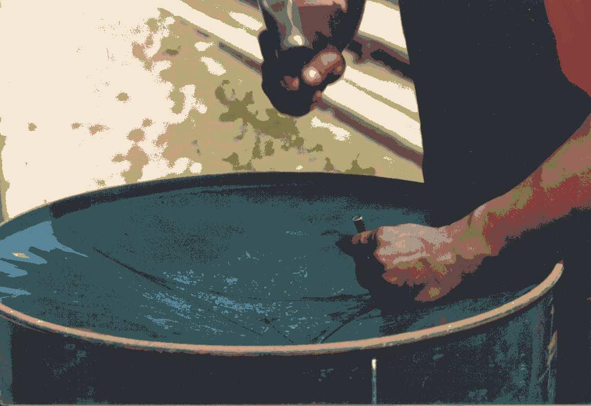 Kunstfarbenfoto mit Pantuner beim Grooven eines neuen Basses