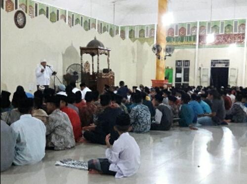 Santri dan Santriwati Khusuk Mendokan Edy Nasution