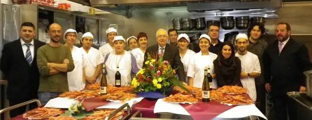 El personal y los voluntarios de la Cocina Económica en la cena de Navidad.