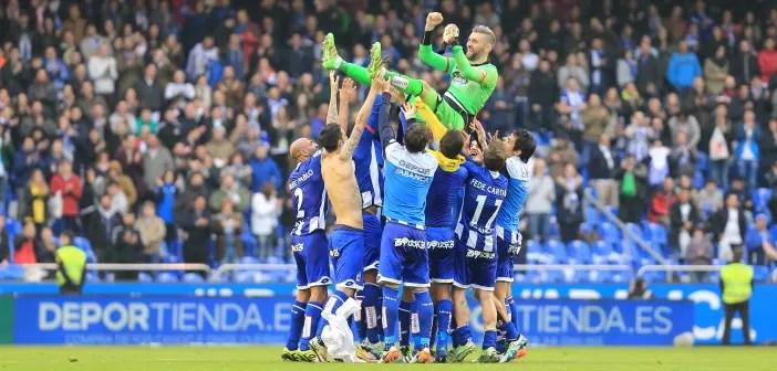 Pletikosa es manteado por sus compañeros del Deportivo tras un partido en Riazor