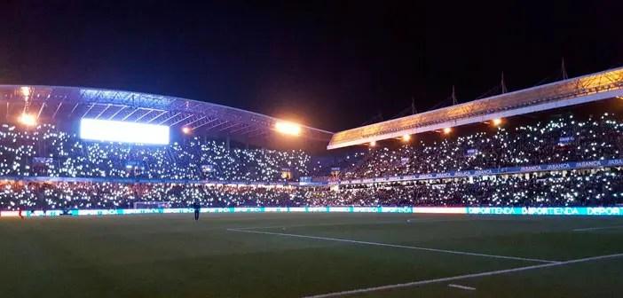 La afición del Deportivo iluminando Riazor con el móvil después de un apagón