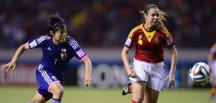 Silvia Mérida en la disputa de un balón durante un partido con la selección española