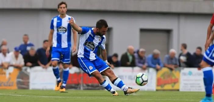 Emre Çolak centrando en el Cerceda - Deportivo de pretemporada