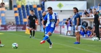 Fernando Navarro pasando durante el amistoso contra el Pontevedra