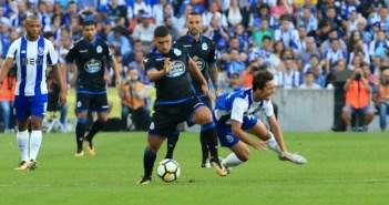 Bakkali en una acción del partido entre FC Porto y Deportivo Coruña