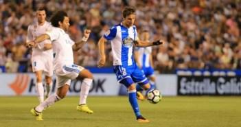 Mosquera controla el balón ante la oposición de Marcelo en el Deportivo-Real Madrid en Riazor