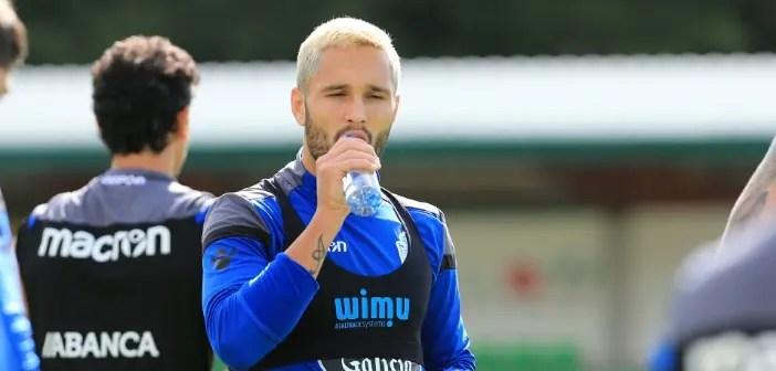 Florin Andone bebiendo agua entrenamiento en Vilalba el 9 de agosto