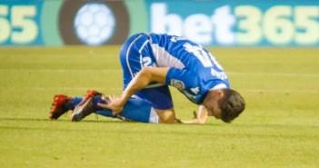 Schär se duele de un golpe en el tobillo en un partido entre el Deportivo y el Alavés