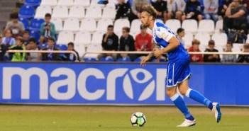 Albentosa controla el balón en el partido entre Deportivo y Cortinthians