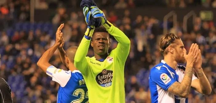Francis saluda a la afición en el Deportivo - Girona de Riazor