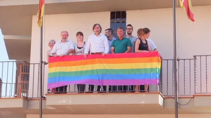 Regidors del PSPV-PSOE, COMPROMÍS i PARTIT POPULAR col·loquen la bandera arc-iris a l'Ajuntament de L'Alcúdia