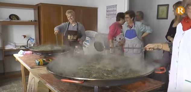 Les mestresses de casa de Tyrius cuinen l'arros en brosses de Massalavés