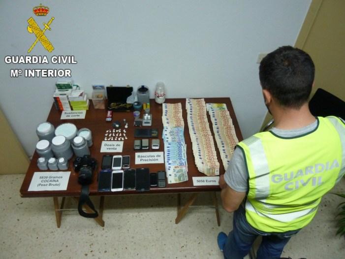 La Guardia Civil desmantela un punto de venta de drogas e interviene 6 kilos de cocaína y 5.000 euros en Cullera