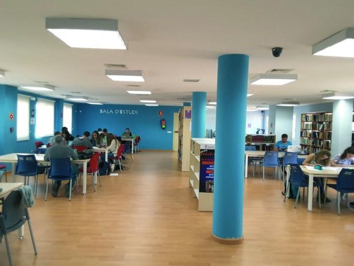 Els estudiants d'Almussafes preparen els finals en la biblioteca pública
