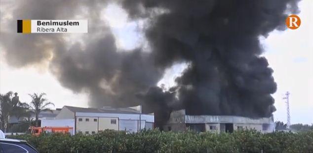 Els efectius d'Alzira, Xàtiva i Torrent estan treballant intensament des de les 06:00 hores per sufocar el foc